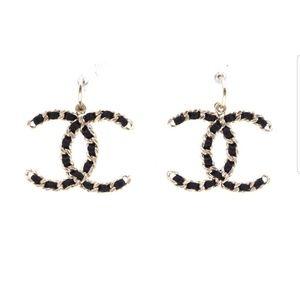 Chanel cc logo lambskin through chain earrings